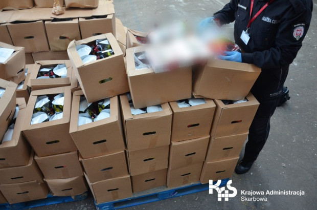 Tysiące paczek nielegalnych papierosów ukrytych w soku jabłkowym