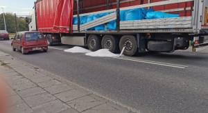 Włocławek: Z naczepy ciężarówki wysypała się saletra amonowa